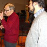 Ennio Morricone che da una lezione di composizione dueante una pausa di una prova a Torino con la Rai